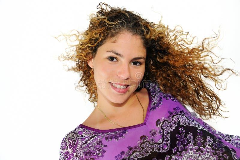 Natürliches hispanisches Mädchenlächeln getrennt stockfotografie