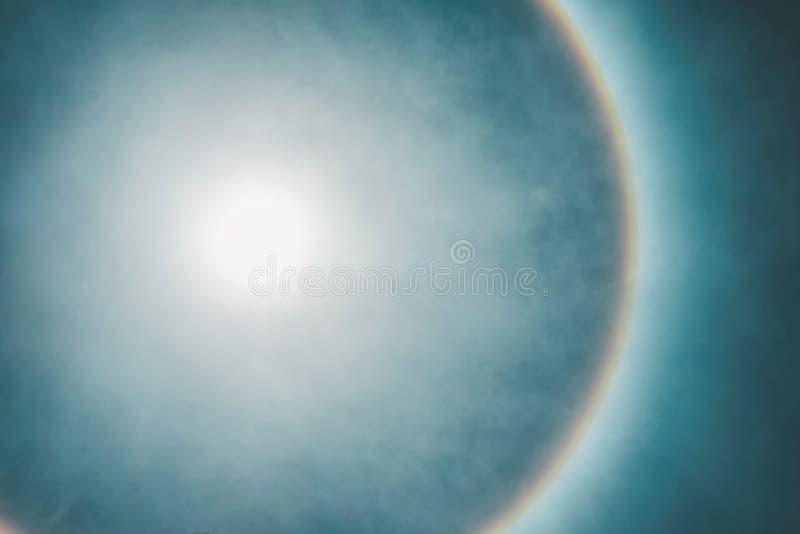 Natürliches Phänomen, in dem die Sonne einen schönen Regenbogenrand hat stockbild