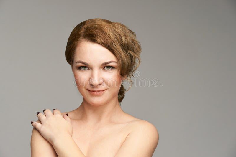 Natürliches Porträt der Schönheit mit der Hand Cosmetologyhautpflege Junge Frau stockbild