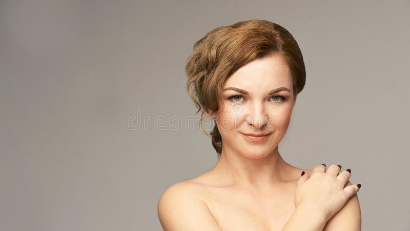 Natürliches Porträt der Schönheit mit der Hand Cosmetologyhautpflege Junge Frau stockbilder