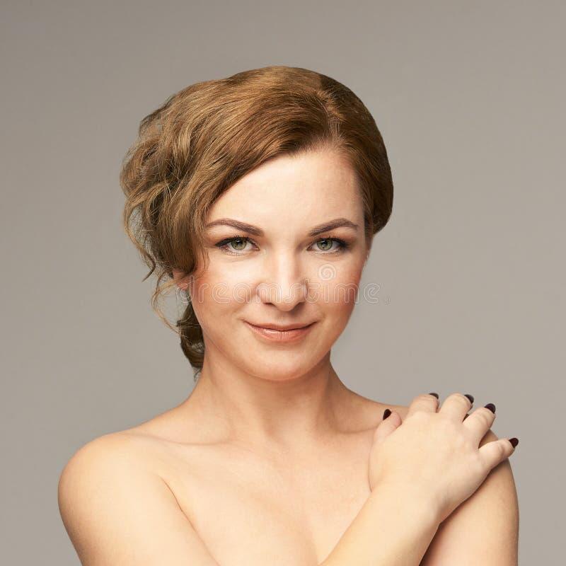 Natürliches Porträt der Schönheit mit der Hand Cosmetologyhautpflege Junge Frau stockfoto