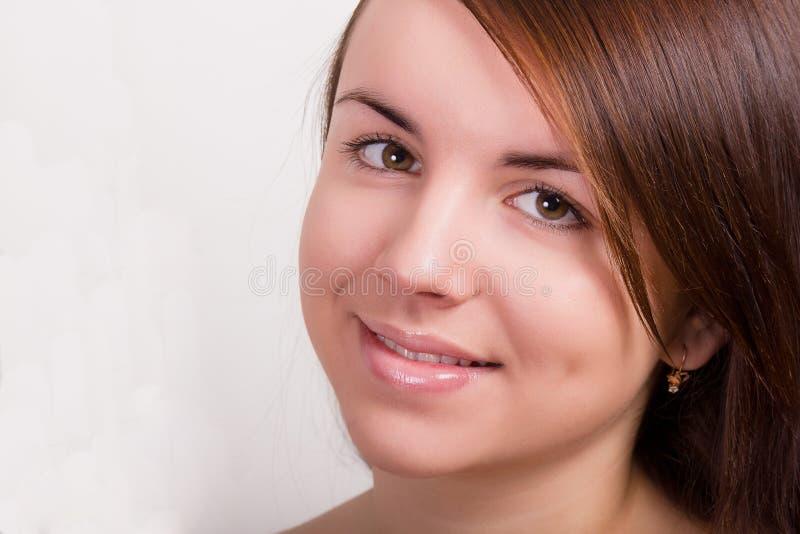 Natürliches Porträt einer schönen jungen Frau stockbild