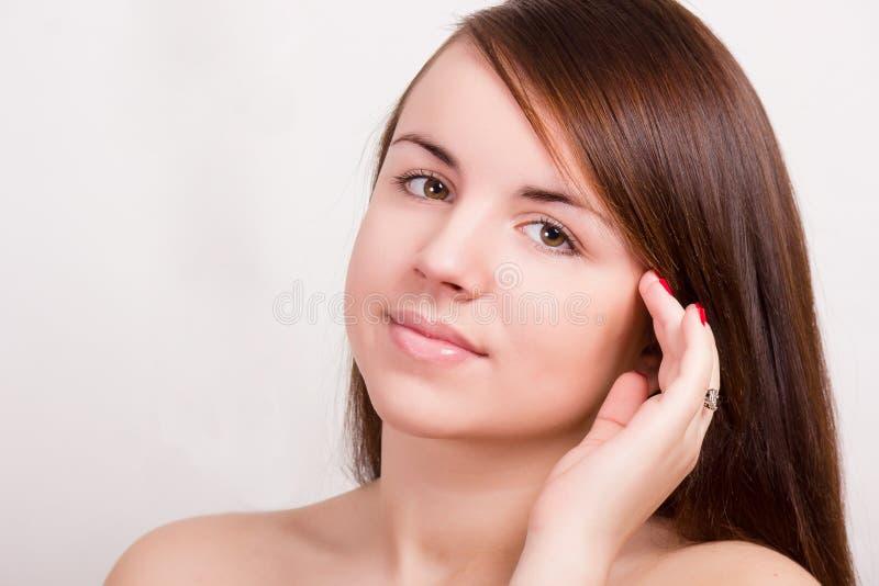 Natürliches Porträt einer schönen jungen Frau stockfotografie