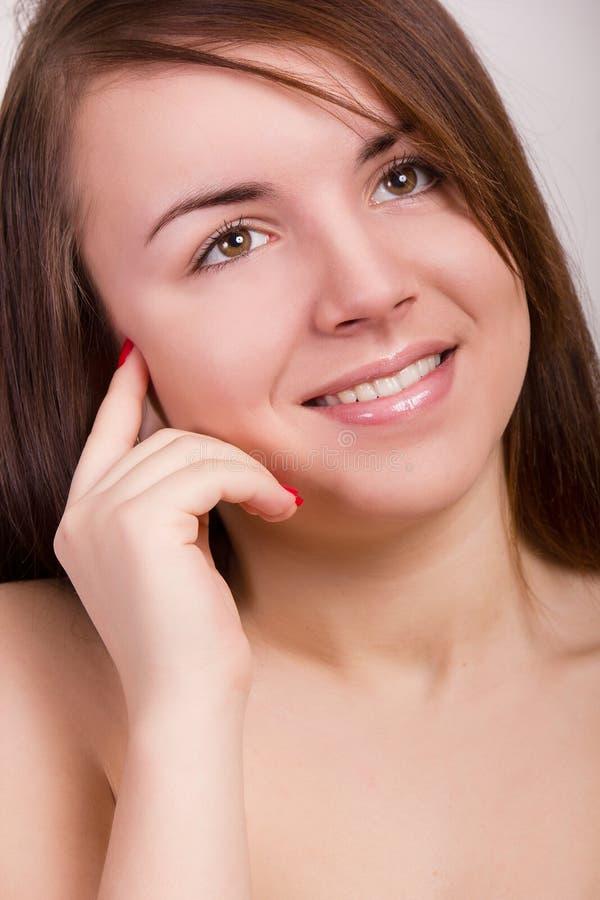 Natürliches Porträt einer schönen jungen Frau lizenzfreie stockbilder