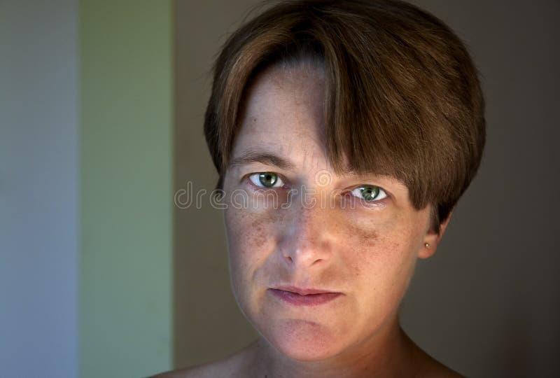 Natürliches Portrait einer jungen Frau lizenzfreies stockbild
