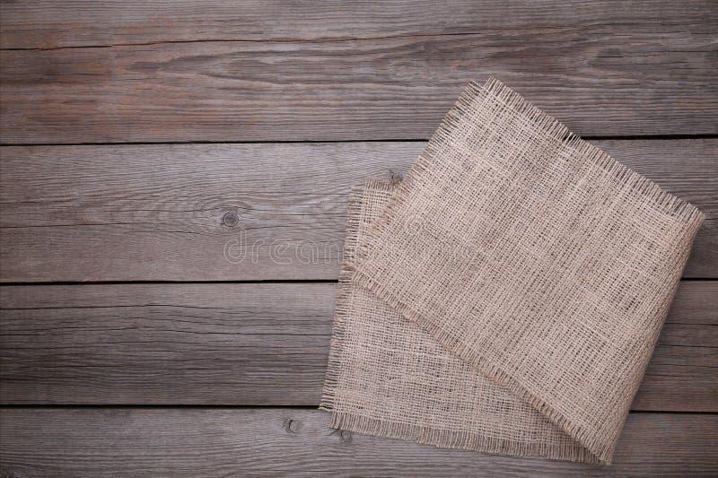 Natürliches Sackleinen auf grauem hölzernem Hintergrund Segeltuch auf grauem Holztisch stockbild