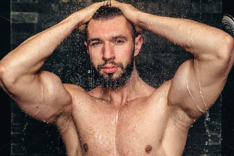 Natürliches schönes Athletenduschen Muskulöser Eignungsspieler, der eine Dusche nimmt lizenzfreies stockbild