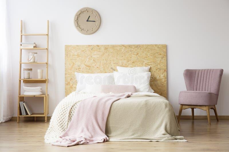 Natürliches Schlafzimmer für Frau lizenzfreies stockbild