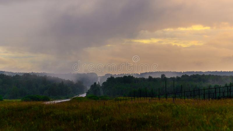 Nat asfalt na regen Dikke Regenwolken De weg langs de bosural-Bergen in regenachtig de zomerweer royalty-vrije stock afbeelding
