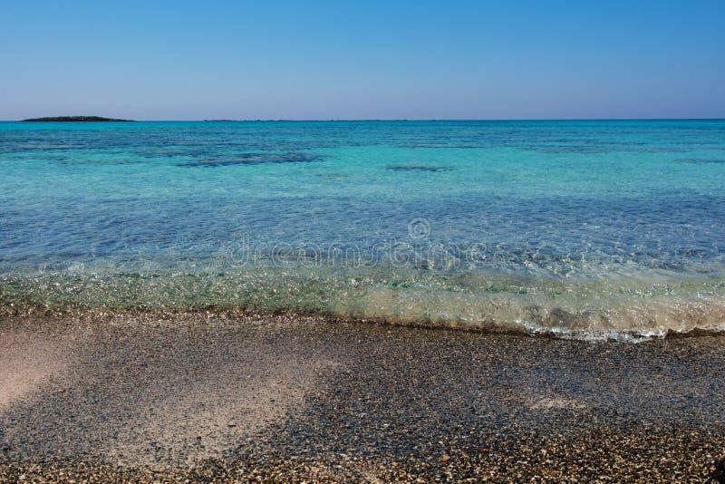 Nat die zand door overzees getijde wordt gewassen stock foto's