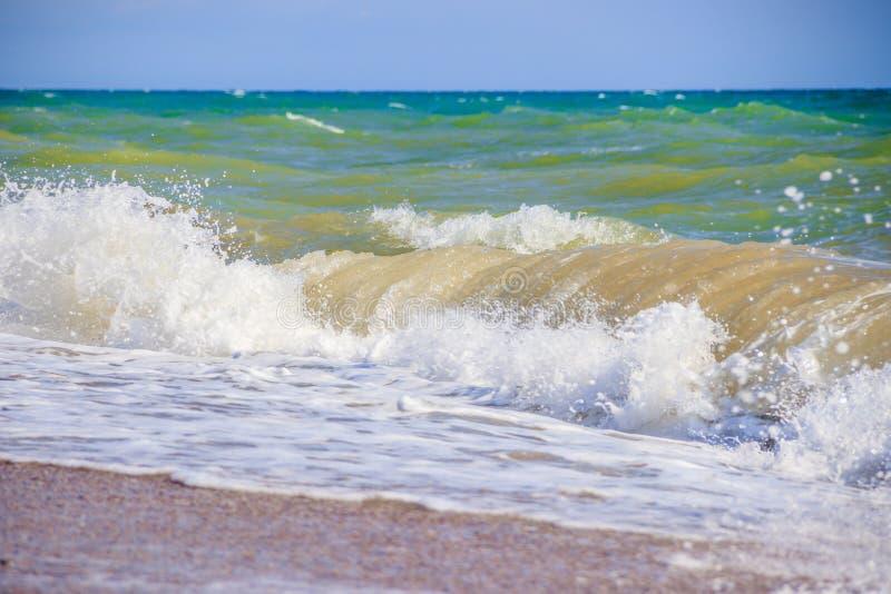 Nat?rliche Beschaffenheit f?r Auslegunggestaltungsarbeit Meer von Krim Hohe Wellen im schönen Wetter Sonniger Tag in Meer Hinterg stockfoto