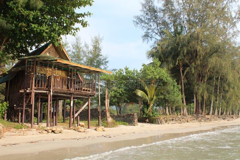 Nat?rliches Haus auf Insel Ko Chang, die auf h?lzernen Stelzen steht lizenzfreie stockfotografie