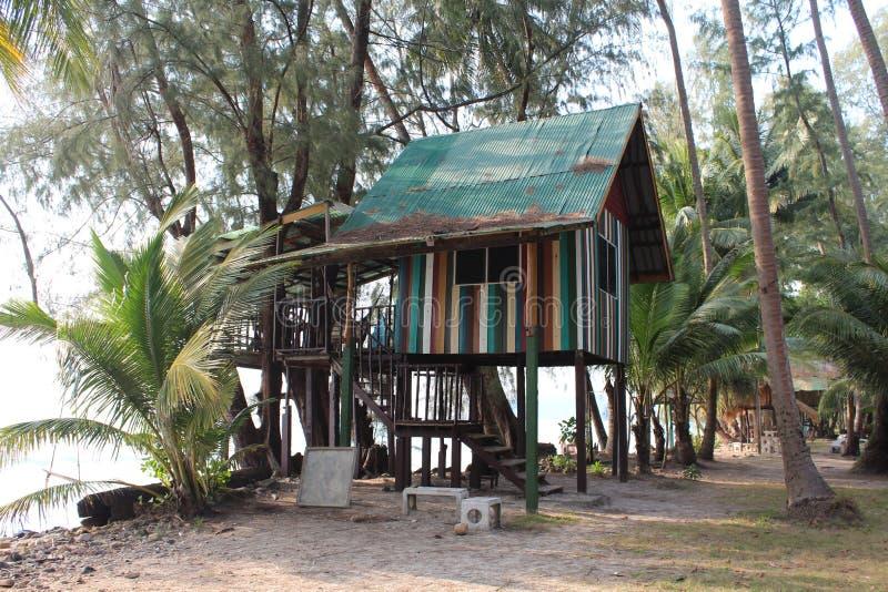 Nat?rliches Haus auf Insel Ko Chang, die auf h?lzernen Stelzen steht lizenzfreies stockbild