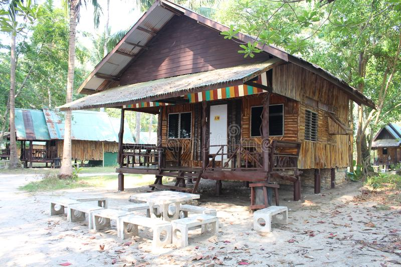 Nat?rliches Haus auf Insel Ko Chang, die auf h?lzernen Stelzen steht stockfotografie