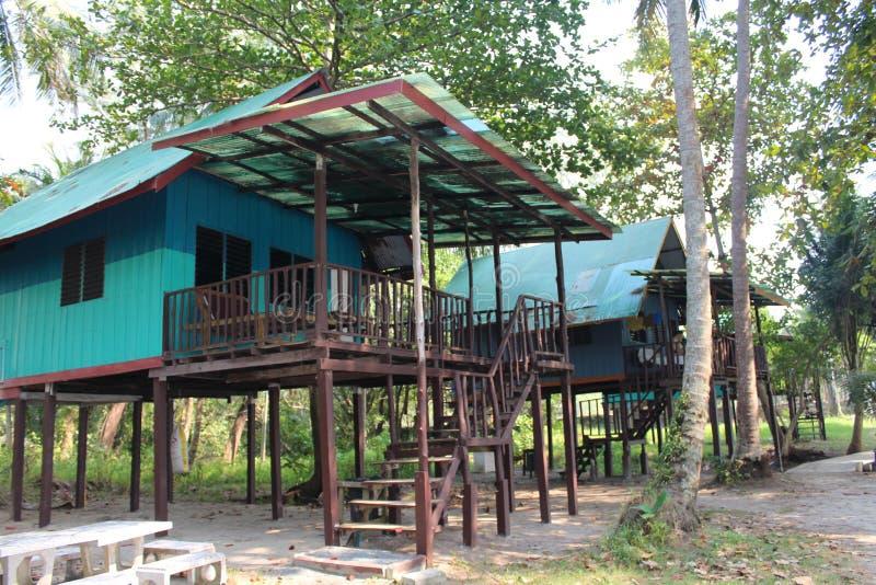 Nat?rliches Haus auf Insel Ko Chang, die auf h?lzernen Stelzen steht stockbilder