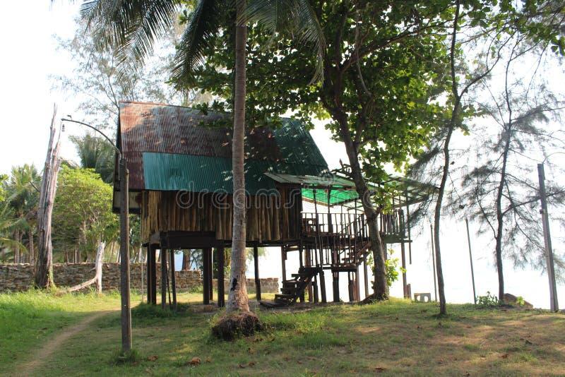 Nat?rliches Haus auf Insel Ko Chang, die auf h?lzernen Stelzen steht lizenzfreies stockfoto