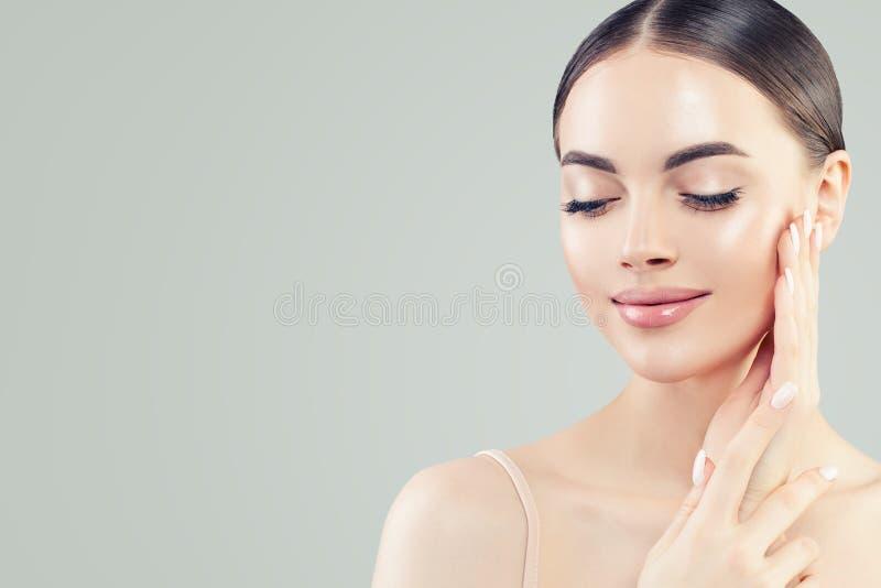 Nat?rliches Sch?nheitsportrait Junge schöne vorbildliche Frau mit klarer Haut Hautpflege und Gesichtsbehandlungs-Konzept lizenzfreies stockbild