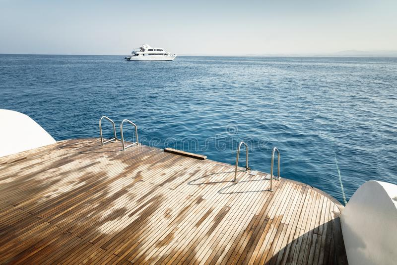 Nat sloependek tegen blauwe oceaan royalty-vrije stock afbeeldingen