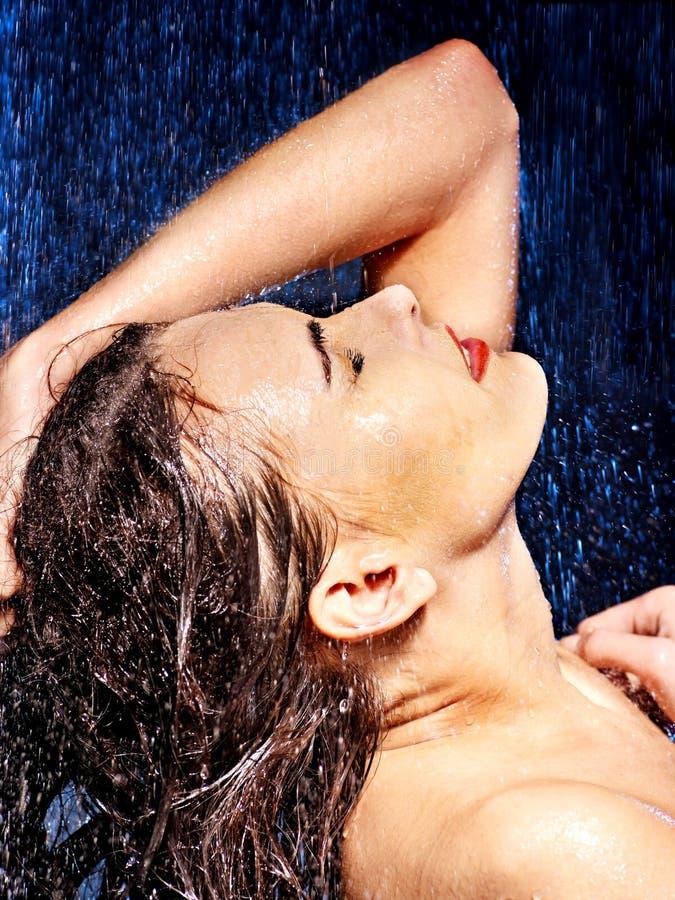 Nat vrouwengezicht met waterdaling. royalty-vrije stock fotografie