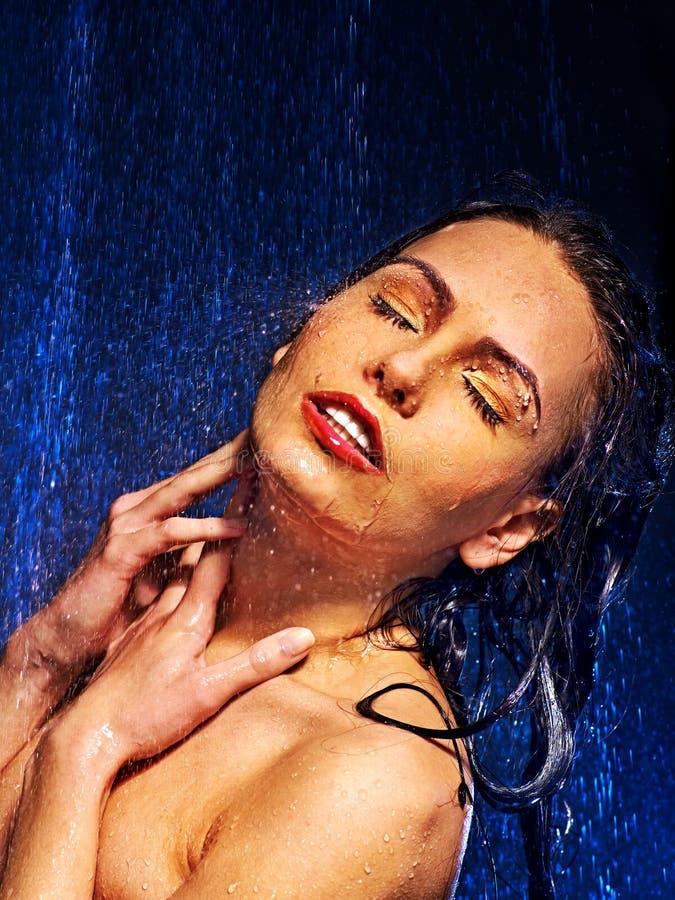 Nat vrouwengezicht met waterdaling royalty-vrije stock foto's