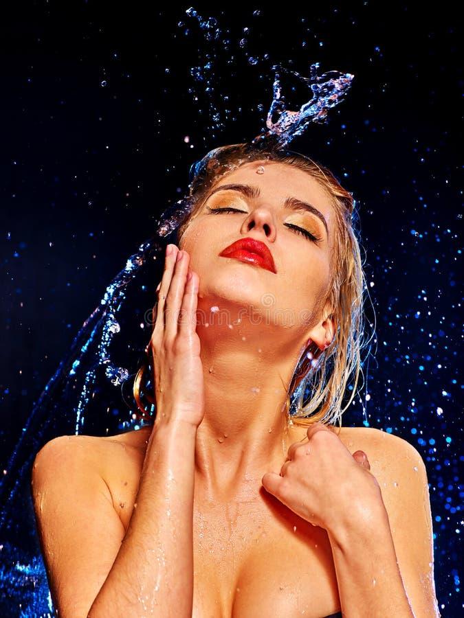 Nat vrouwengezicht met waterdaling royalty-vrije stock fotografie