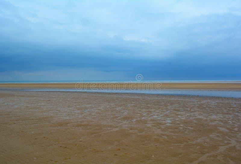 Nat zandig strand en diepe blauwe hemel, Noordelijke Overzees, Holkham-strand, het Verenigd Koninkrijk royalty-vrije stock foto