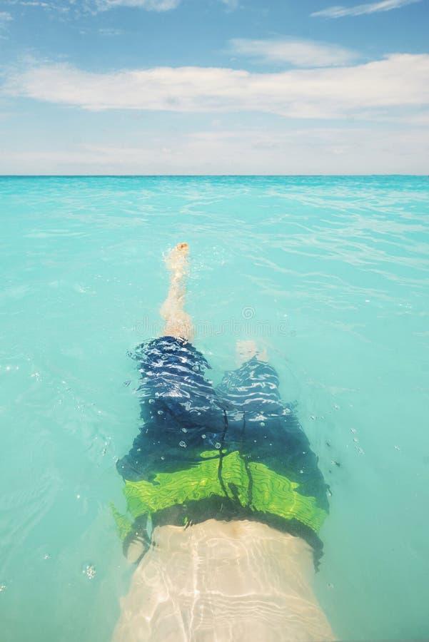 Natação adolescente do menino na água de turquesa foto de stock royalty free