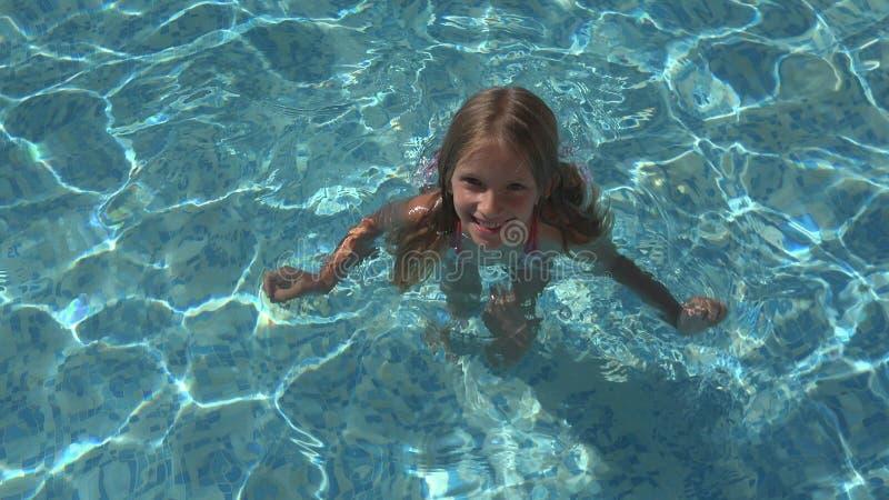 Natação da criança na associação, criança de sorriso, retrato da menina apreciando férias de verão fotografia de stock