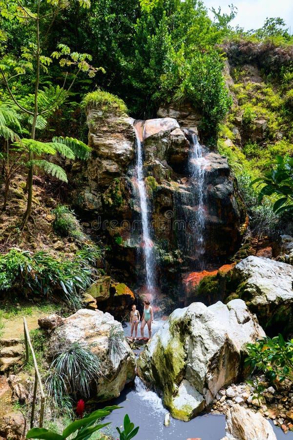 Natação da família na cachoeira fotos de stock royalty free