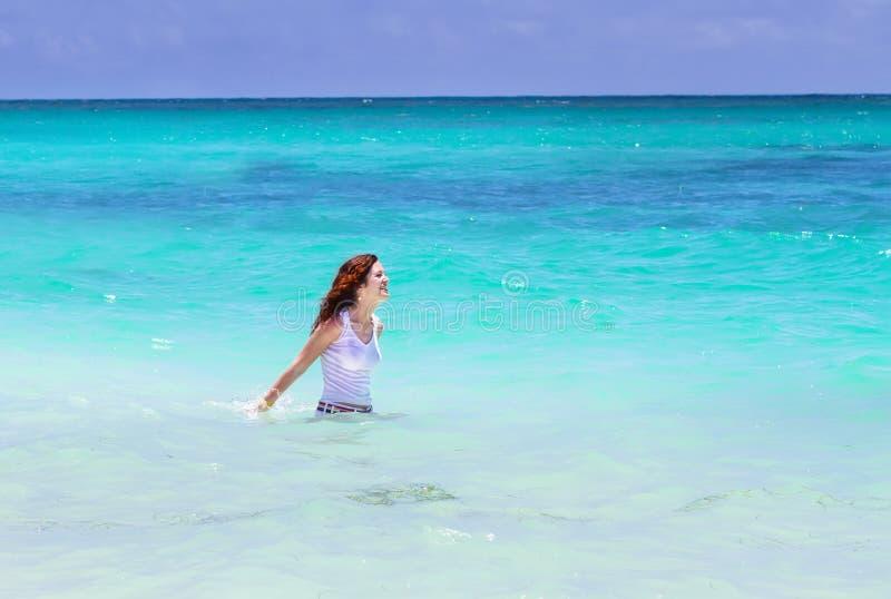Natação da jovem mulher no oceano imagem de stock royalty free