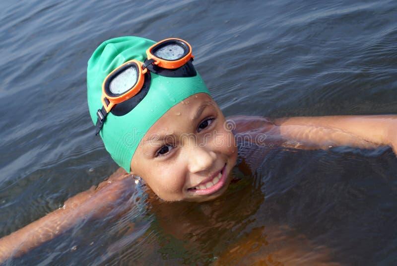 Natação da menina do Preteen no mar imagens de stock royalty free