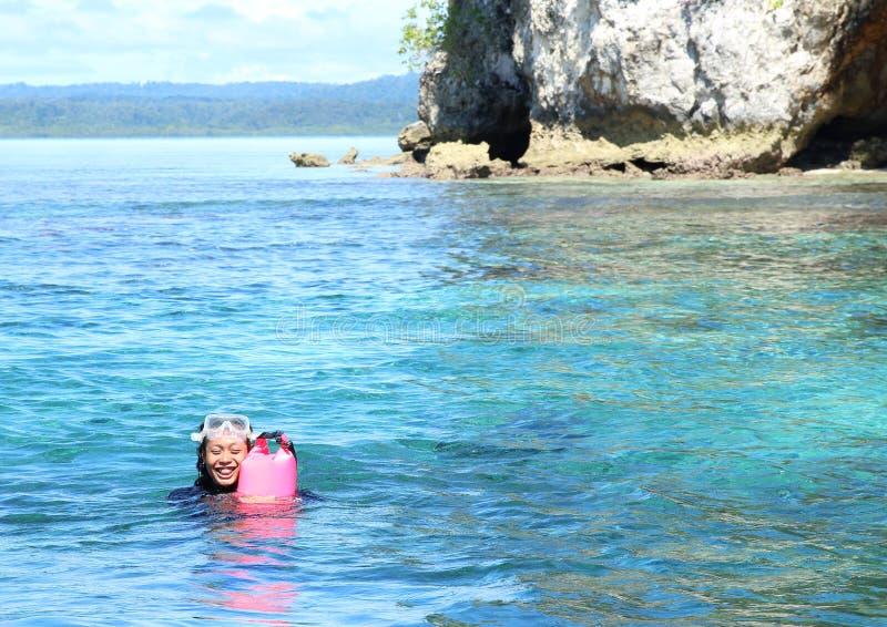 Download Natação da menina na água imagem de stock. Imagem de de - 65577587