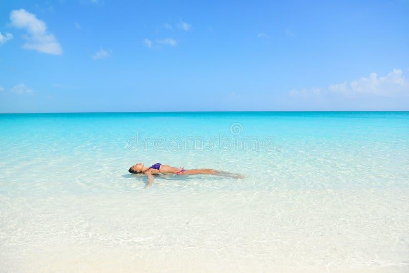 Natação da mulher da praia no oceano que relaxa imagem de stock