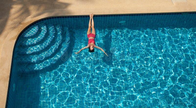 Natação da mulher e relaxamento na associação fotografia de stock royalty free