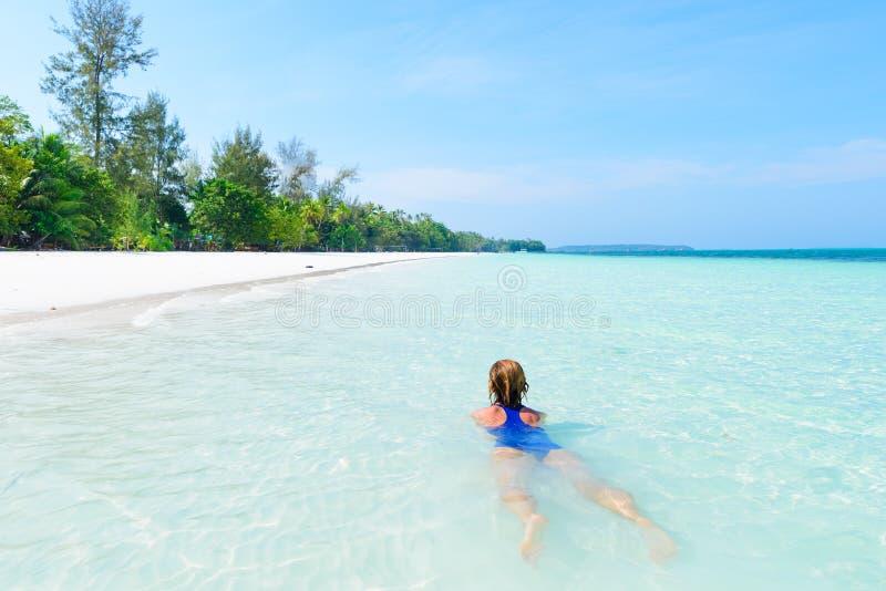 Natação da mulher na água transparente de turquesa do mar de Caraíbas Praia tropical em Kei Islands Moluccas, turista do verão fotografia de stock royalty free