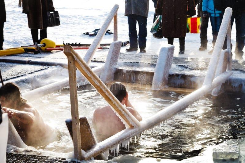 Natação do gelo no dia do esmagamento foto de stock