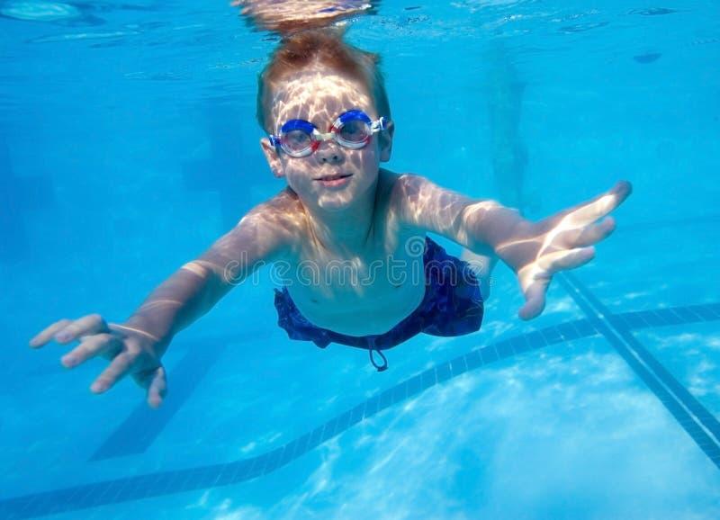 Natação do menino subaquática fotografia de stock royalty free