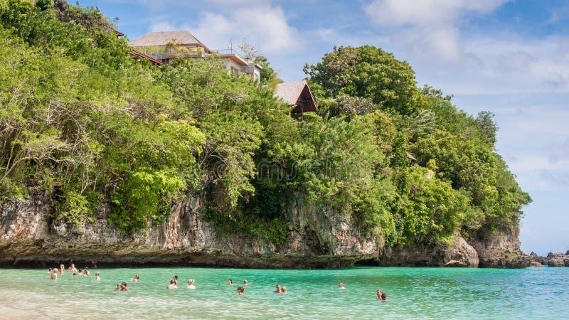 Natação do turista em uma praia privada em Bali foto de stock royalty free