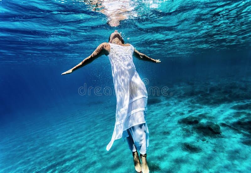 Natação fêmea nova subaquática fotografia de stock
