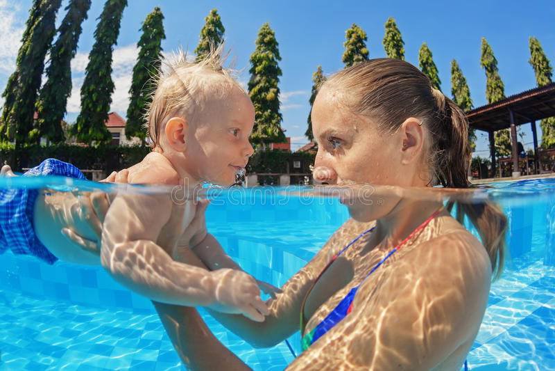 Natação pequena do bebê na associação exterior com mãe fotos de stock