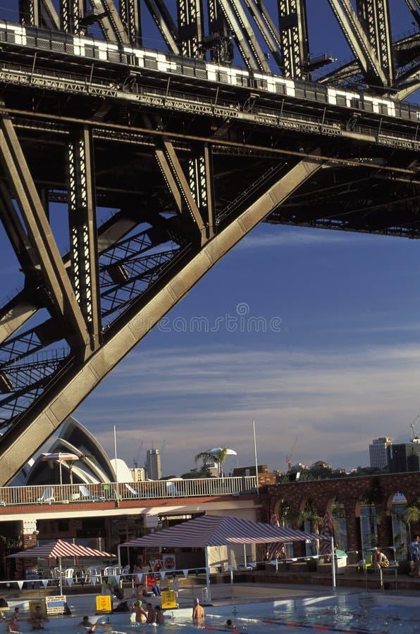 Natação sob Sydney Bridge e perto do teatro da ópera fotografia de stock royalty free