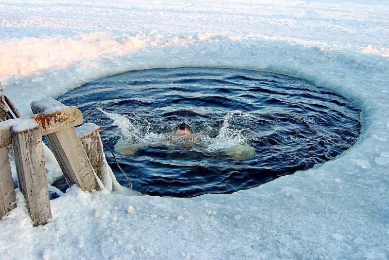 Natação tradicional do gelo no dia santamente do esmagamento da igreja ortodoxa Gelo-furo para banhar a temperatura do ar menos 3 fotos de stock royalty free