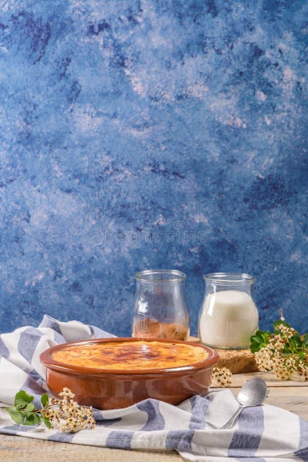 Nata portuguesa del leite imagenes de archivo