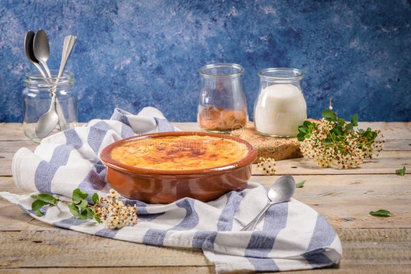 Nata portuguesa del leite fotos de archivo