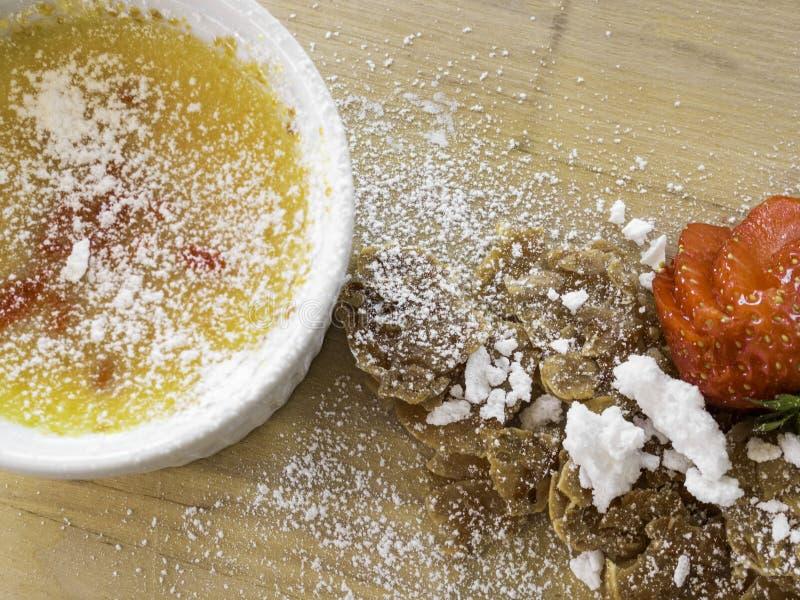 Nata quemada - postre de crema francés tradicional de la vainilla con el azúcar caramelizado en el top, la fresa, y las galletas  fotos de archivo libres de regalías