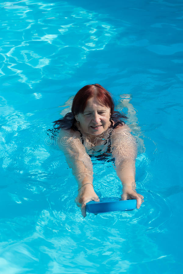 Natación activa mayor de la mujer fotografía de archivo