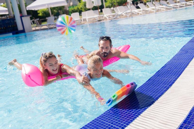 Natación agradable positiva de la muchacha en la piscina imágenes de archivo libres de regalías