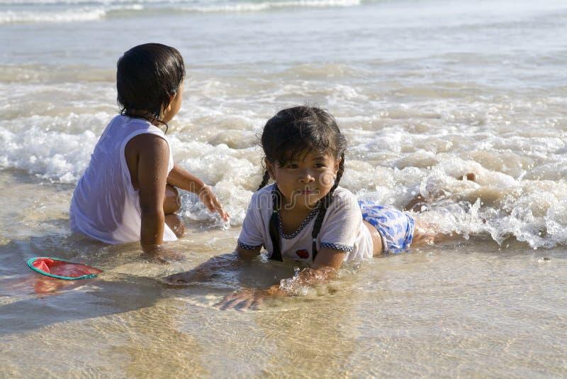 Natación de Chilren en el mar foto de archivo libre de regalías