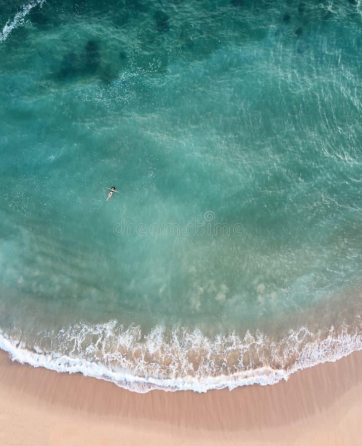 Natación de la muchacha en el océano Playa en Sri Lanka la visión desde el abejón Foto de una altura imágenes de archivo libres de regalías