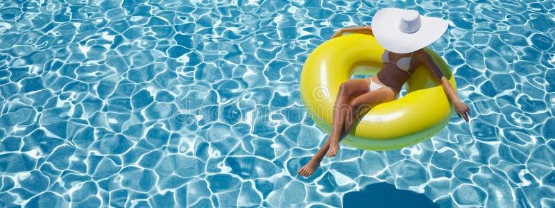 Natación de la mujer en el flotador en una piscina representación 3d ilustración del vector